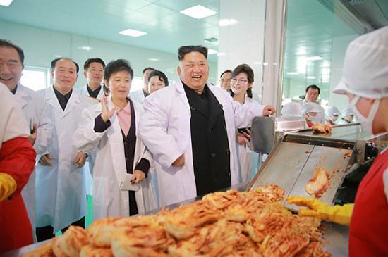 长款羽绒服引领朝鲜冬日潮流 貂皮大衣成平壤贵妇新宠