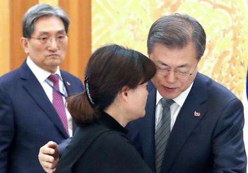 [포토] 고 김용균씨 어머니 안아주는 문 대통령