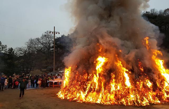 [포토] 정월대보름 불타는 대형 달집