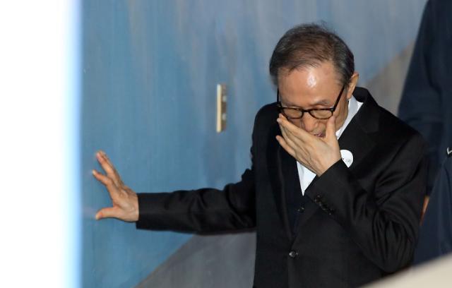 [포토] 수척해진 이명박 벽 짚고 법정으로
