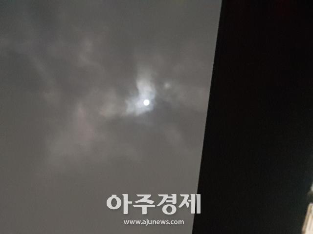 구름 사이로 보이는 올해 가장 큰 보름달 슈퍼문..가장 큰 달 뜨는 시간, 20일 0시 54분쯤