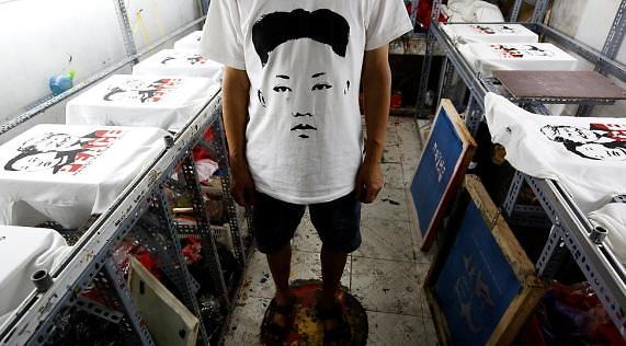 [글로벌포토]북미정상회담 앞두고 하노이서 트럼프-김정은 티셔츠 등장