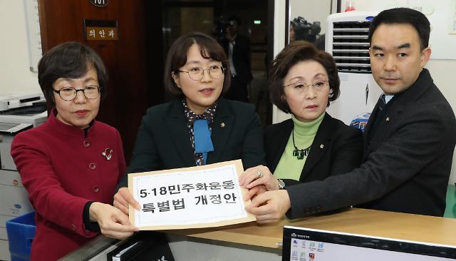 """민주·평화·정의 """"5·18 허위사실 유포, 7년 이하 징역"""" 개정안 발의"""