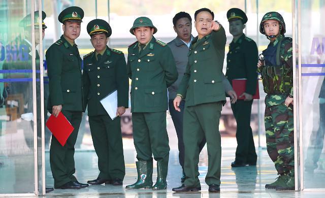 [포토] 취재진 접근막는 베트남 군인