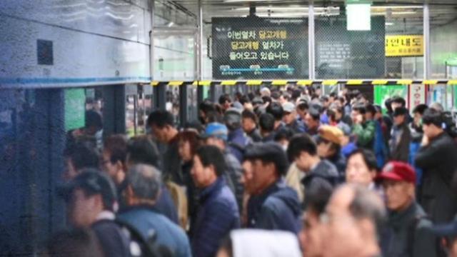 """首尔地铁9号线将增开车次 """"沙丁鱼罐头""""现象有望改善"""
