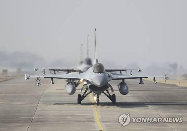 공군 전투기 'KF-16D' 추락…어선이 조종사 2명 구조