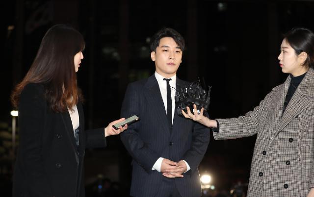 BIGBANG胜利接受8小时警方调查后归家