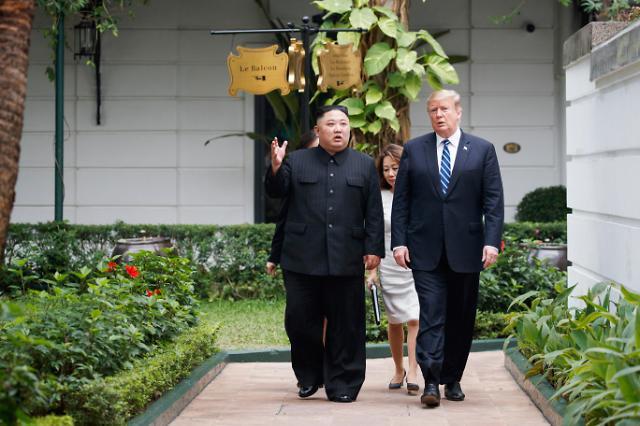 朝美领导人短暂散步 双方核心幕僚陪同