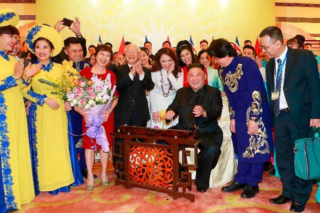 金正恩演奏越南传统乐器