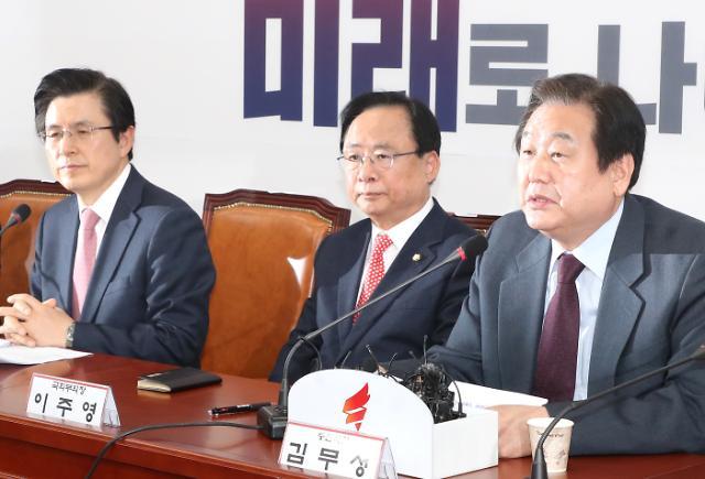 [포토] 김무성 의원 발언 듣는 황교안