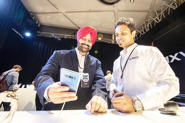 (2면)三星电子在印度推出S10 欲稳固高端机市场