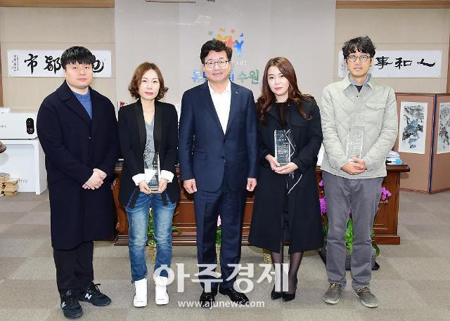 염태영 수원시장, 영화 '극한직업' 관계자에게 감사패 전달