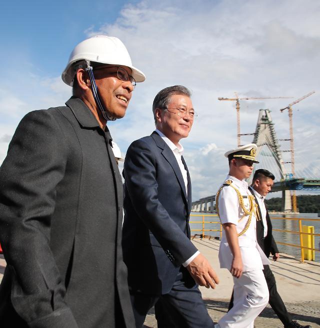 文在寅慰问文莱淡布隆大桥韩方施工人员