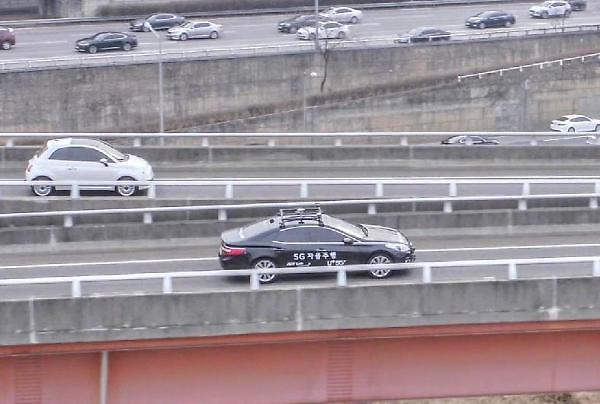 5G无人驾驶汽车在首尔市中心顺利行驶