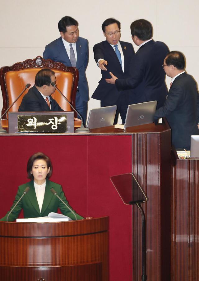 나경원 교섭단체 대표연설 사과해 고성 오가며 아수라장