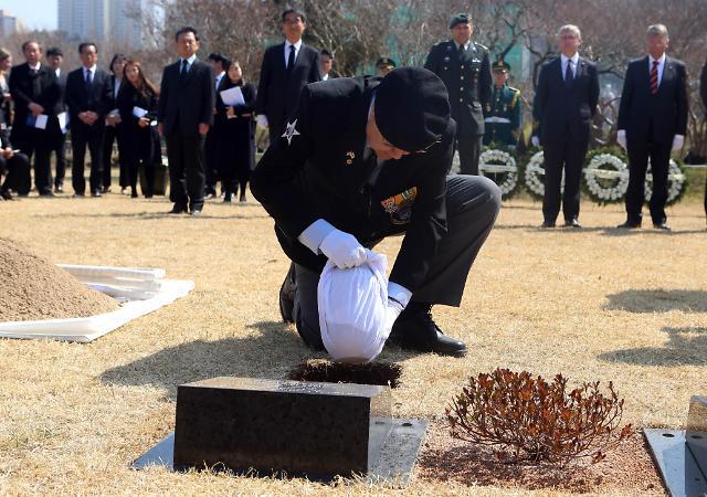 荷兰籍韩战参战勇士遗体在釜山联合国纪念公园下葬