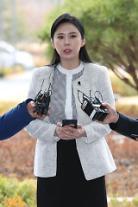 故チャン・ジャヨン性接待リストの目撃者ユン・ジオ・・・参考人調査終えて常に撮影チームと同行