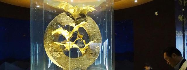 Robbers wanted for trying to steal 162kg gold bat sculpture