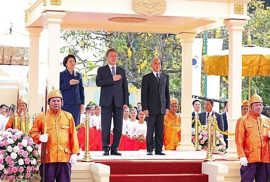 柬埔寨国王举行盛大仪式欢迎文在寅到访