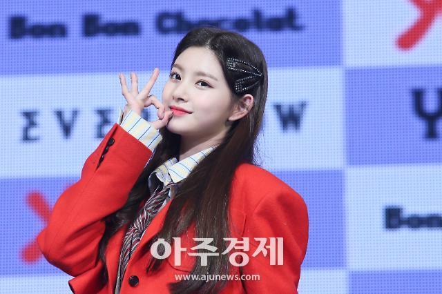 [슬라이드 화보] 왕이런, 레드벨벳 아이린 닮은 예쁜 미모 (에버글로우 데뷔 쇼케이스)