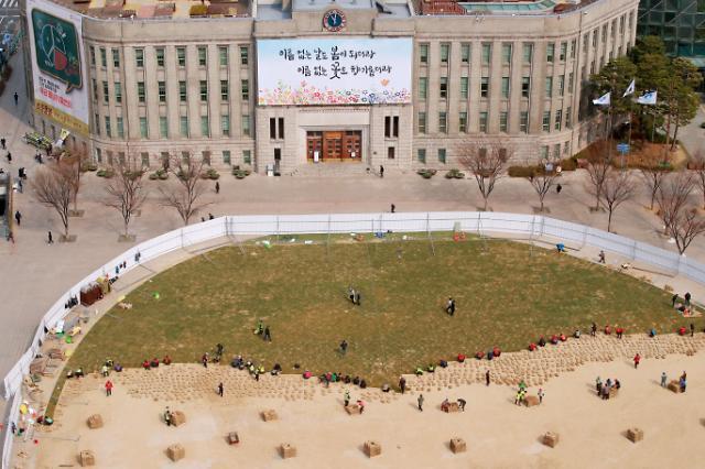 [광화문갤러리] 초록 잔디 옷 갈아입는 서울광장