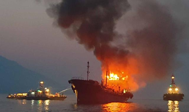 [포토] 검은 연기 내뿜는 선박