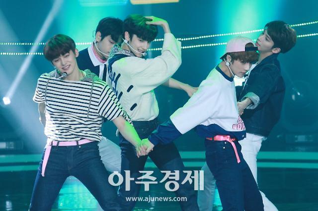 [슬라이드 화보] 투모로우바이투게더(TXT), BTS 동생들의 완벽 퍼포먼스 무대