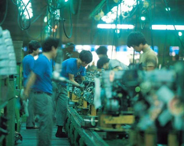 벼랑끝 제조업 살리려면…노동·기술경쟁력 끌어올려라