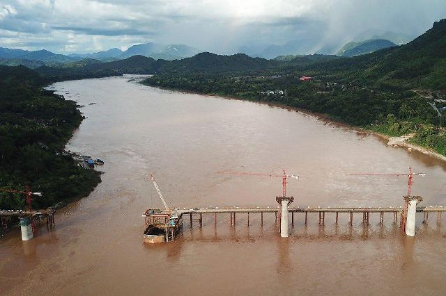 중국-라오스 잇는 철도 2021년 완공 예정... 일대일로 부채 우려는 여전