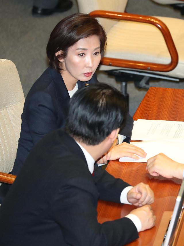 한국당, 정경두 해임건의안 제출…113명 전원 서명