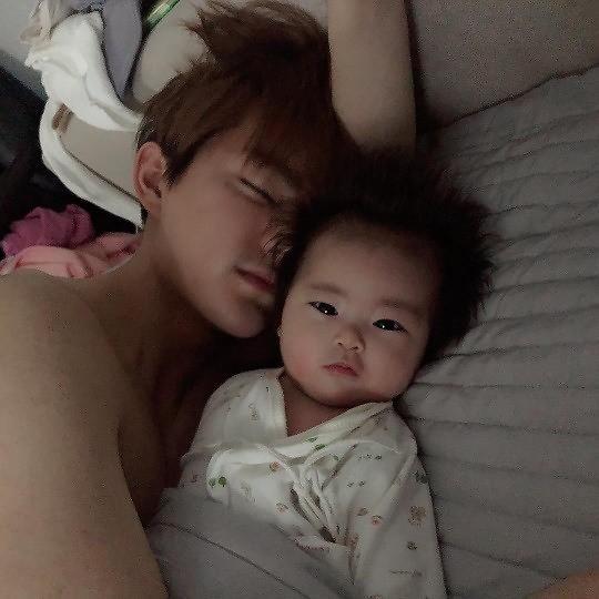 咸素媛公开日常生活照片 如洋娃娃般女儿吸人眼球
