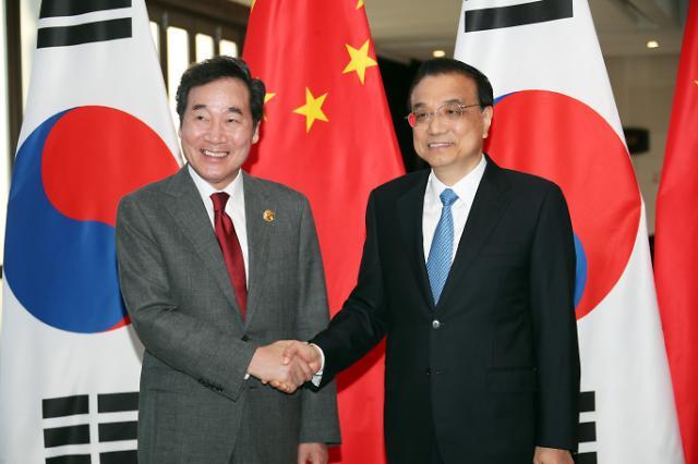 韩中总理亲切握手