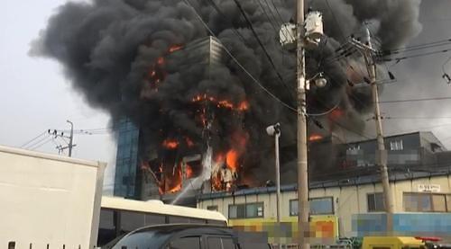 [포토뉴스]인천시 동구 송림동 철판·선반 가공 공장서 화재발생