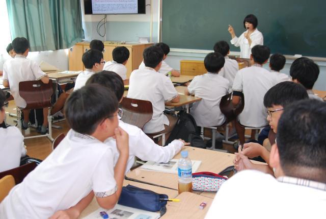 韩国中学生基础学业水平大跌 文在寅政府教育政策受质疑