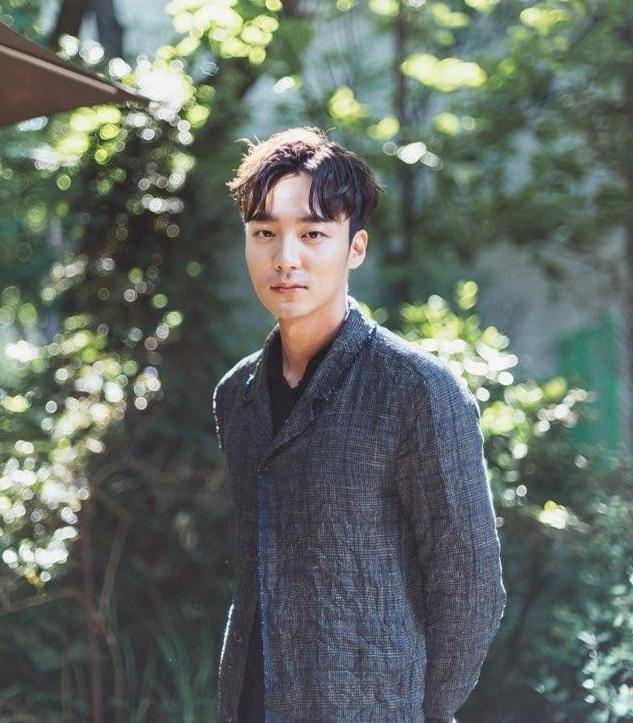 歌手Roy Kim涉郑俊英偷拍门将被警方调查