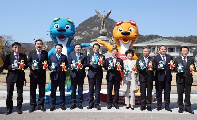 청와대 앞 자리 잡은 광주수영대회 마스코트 수리·달이