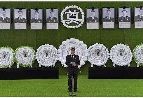 """[중국포토]中쓰촨성 산불 순직 소방관 영결식...""""지켜주지 못해 미안해"""""""