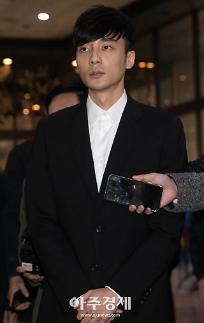 정준영 카톡방 멤버 로이킴, 4시간 경찰 조사 후 귀가…취재진 질문에 묵묵부답