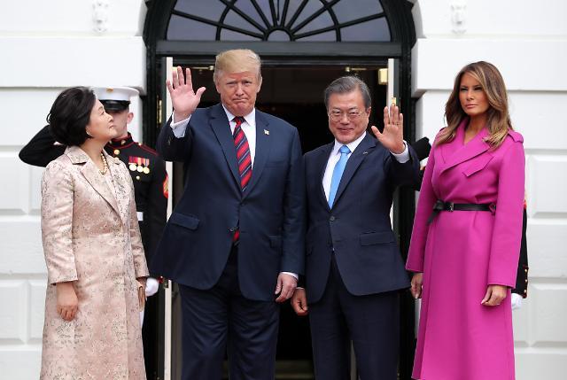 韩美领导人举行会谈共商半岛无核化