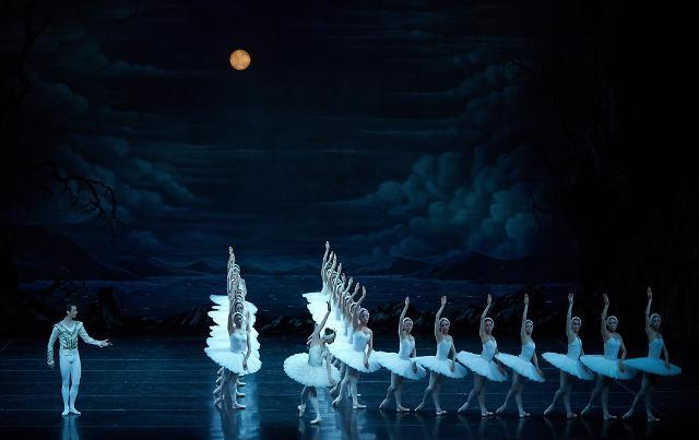 [관객석에서] 눈부시게 아름다웠던 군무...프랑스로 날아가는 '백조의 호수'
