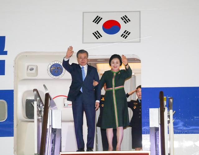 卢英敏等到机场迎接文在寅回国