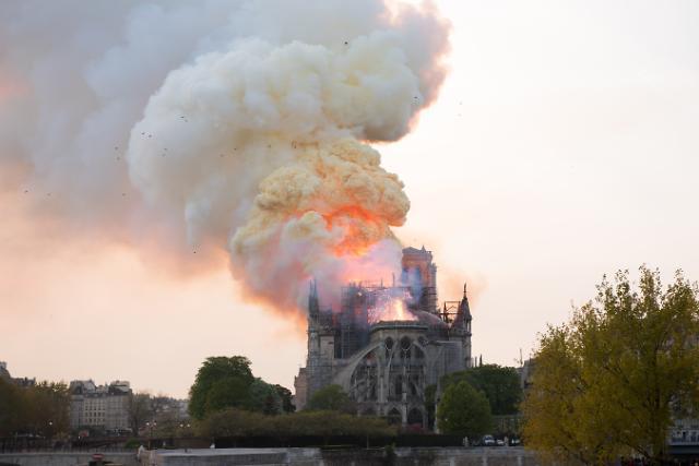[슬라이드 화보] 파리 노트르담 대성당 화재...충격에 휩싸인 프랑스