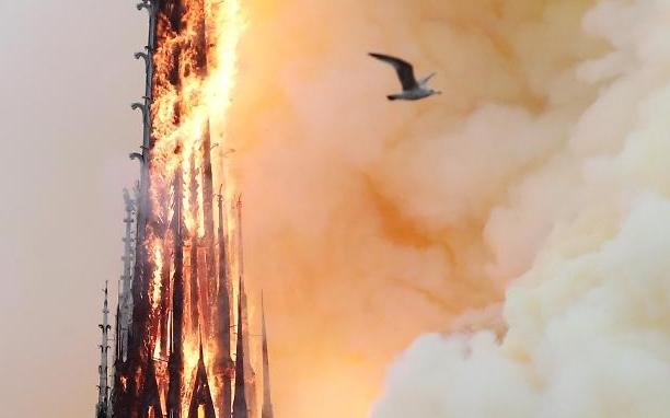Khung cảnh tan hoang của Nhà thờ Đức Bà bị cháy tại Paris