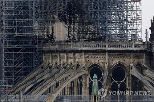 [글로벌포토] 까맣게 변한 노트르담 성당
