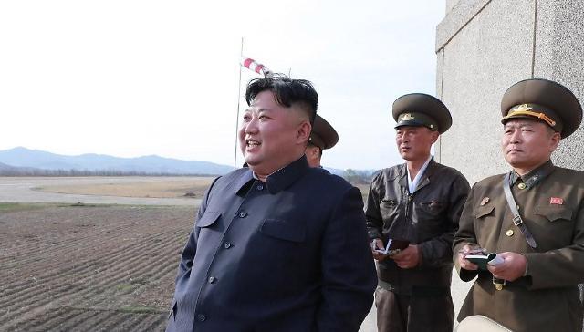 金正恩突击视察空军部队指导战机训练