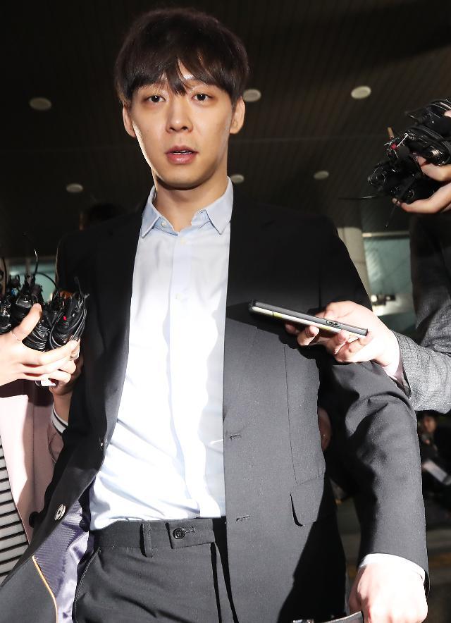 박유천 이틀째 경찰 조사…점퍼 차림에 모자 쓰고 출석