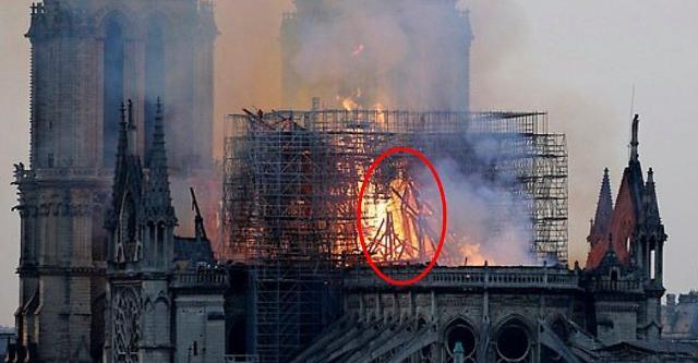 노트르담 대성당 불길 속에서 예수 형상을 봤다