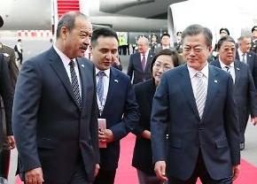 [포토] 우즈베키스탄 도착한 문 대통령 내외