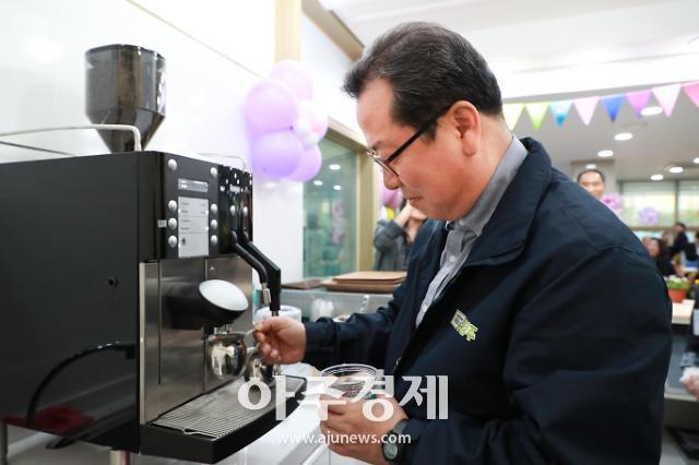 [포토] 커피 내리는 조광한 남양주시장