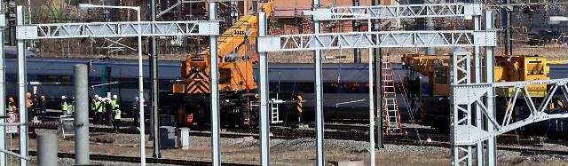 열차 사디리 올라 작업 중, 열차 운행 금지...노동자 보호 강화